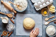 Pão, pizza ou torta de mistura da receita da massa fazendo ingridients, configuração do plano do alimento Imagem de Stock