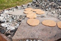 Pão pré-histórico de cozimento em pedras imagens de stock