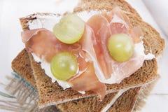 Pão, queijo e presunto e uvas Imagem de Stock