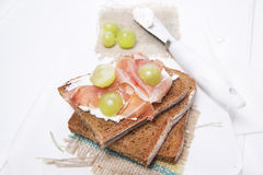 Pão, queijo e presunto e uvas Fotos de Stock