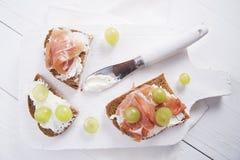Pão, queijo e presunto e uvas Imagens de Stock