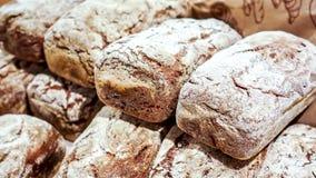 Pão recentemente cozido do multigrain como o fundo do alimento imagens de stock royalty free