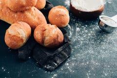 Pão recentemente cozido na obscuridade - mesa de cozinha cinzenta, espaço da cópia imagem de stock