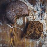 Pão recentemente cozido na obscuridade - mesa de cozinha cinzenta, vista superior fotos de stock royalty free