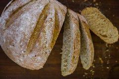 Pão recentemente cozido na obscuridade - mesa de cozinha cinzenta, vista superior foto de stock royalty free