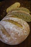 Pão recentemente cozido na obscuridade - mesa de cozinha cinzenta, vista superior imagens de stock royalty free
