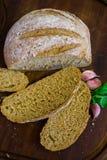 Pão recentemente cozido na obscuridade - mesa de cozinha cinzenta, vista superior fotos de stock