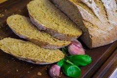 Pão recentemente cozido na obscuridade - mesa de cozinha cinzenta, vista superior imagem de stock