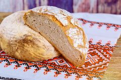 pão recentemente cozido na obscuridade - mesa de cozinha cinzenta, vista superior no bordado ucraniano fotos de stock royalty free
