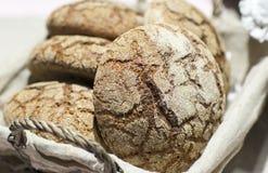 Pão redondo do centeio da cesta Imagem de Stock