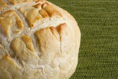 Pão redondo no guardanapo da cozinha foto de stock royalty free
