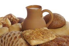 Pão, rolos, queques e um jarro de leite foto de stock royalty free
