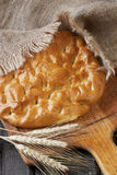 Pão saboroso em uma placa de madeira Fotografia de Stock Royalty Free