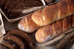 Pão saboroso na tabela Fotos de Stock Royalty Free