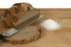 Pão, sal, e faca cortados Foto de Stock