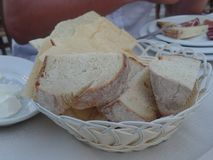 Pão sardo tradicional servido em uma cesta imagens de stock royalty free