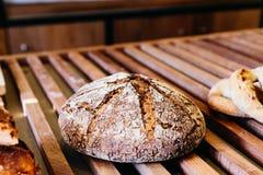 Pão soletrado recentemente cozido feito pelo trigo inteiro orgânico e pela farinha soletrada inteira foto de stock royalty free