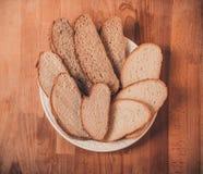 Pão sortido do branco e de centeio em uma tabela de madeira Vista superior Pão cortado friável perfumado fresco O naco do branco  Fotos de Stock