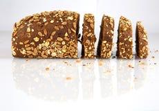 Pão sueco com as sementes do girassol e de sésamo isoladas no fundo branco fotografia de stock royalty free
