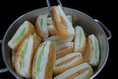 Pão tailandês do creme nos alumínios potenciômetro, foco seletivo foto de stock