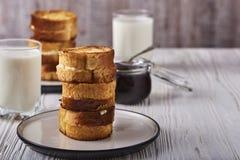 Pão torrado com requeijão em um fundo de madeira branco Fotografia de Stock Royalty Free