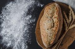 Pão tradicional caseiro recentemente cozido na tabela de madeira rústica foto de stock royalty free