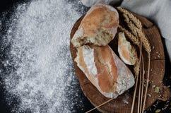 Pão tradicional caseiro recentemente cozido na tabela de madeira rústica fotografia de stock