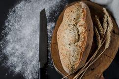 Pão tradicional caseiro recentemente cozido na tabela de madeira rústica imagens de stock