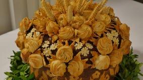 Pão tradicional do casamento na tabela Tabela do casamento com o naco tradicional doce do casamento vídeos de arquivo