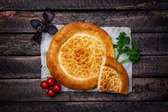 Pão tradicional do tandyr de Ásia central com vegetais em um fundo de madeira Vista superior Imagem de Stock Royalty Free