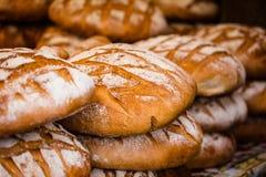 Pão tradicional no mercado polonês do alimento em Krakow, Polônia. fotos de stock