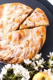 Pão trançado caseiro cozido fresco do rolo de canela da maçã do conceito da padaria do alimento com espaço da cópia fotos de stock