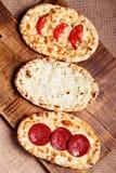 Pão turco do pão árabe em uma placa de corte de madeira Hora feliz Fotos de Stock Royalty Free
