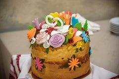 Pão ucraniano Korovai do casamento tradicional com flores Imagem de Stock Royalty Free