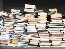 Pädagogische Bücher angehäuft auf Tabelle Lizenzfreie Stockbilder