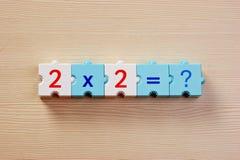 Pädagogische Blöcke mit mathematischen Problemen auf der Tabelle Lizenzfreie Stockfotos