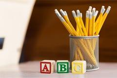 Pädagogische Blöcke und Bleistifte Lizenzfreie Stockfotografie