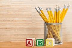 Pädagogische Blöcke und Bleistifte Stockfoto