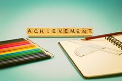 Pädagogische Leistung, Notizbuch, farbige Bleistifte Stockbilder