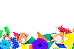 Pädagogische Spielwaren für Kindermodell Plastik-lego Blöcke und Geklapper auf weißem Draufsicht-Kopienraum des Hintergrundes lizenzfreies stockfoto