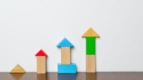 Pädagogisches Blockspielzeug, das oben steigt Stockbild