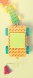Pädagogisches Blockspielzeug mit Papiertag Lizenzfreies Stockfoto