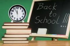 Pädagogisches Konzept - die Schulausrüstung und -bücher in Bezug auf die Tafel Stockfotos