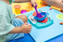 Pädagogisches Spielmodell spielt für das Kind, das für Kleinkinder concep kreativ ist stockbild