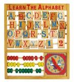 Pädagogisches Spielzeug mit Buchstaben, einem Abakus und Uhr Lizenzfreies Stockfoto