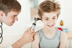 Pädiatrische Hals-, Nasen-, Ohrenheilkunde Ohruntersuchung stockbild