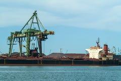 Päfyllning av bulk godor i en hamn Royaltyfria Bilder