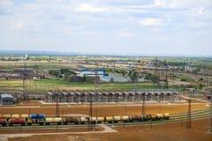Päfyllning av järnväg behållare med ljusa oljaprodukter för import royaltyfria bilder