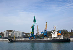 Päfyllning av kol i porten av Nakhodka Nakhodka fjärd Östligt (Japan) hav 20 10 2012 Arkivbilder