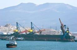 Päfyllning av kol på skeppet som står på pir i porten av Nakhodka Östligt (Japan) hav 02 03 2015 Royaltyfria Foton